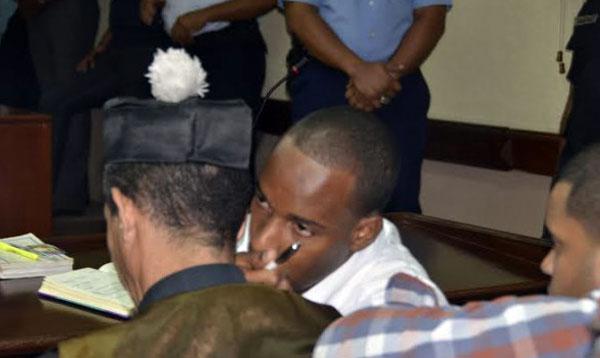 Héctor Eduardo Pichardo Hernández, habla con su abogado previo la lectura de la condena.