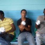 Los tres jóvenes a quienes cortaron los dedos de sus manos derechas en un alegado intento de tumbe de drogas.