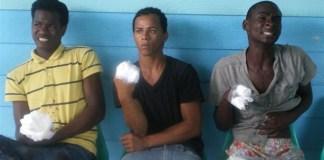 Los tres jóvenes con sus dedos de las manos derechas cortados con un hacha por narcotráficantes de Verón, en Bávaro.