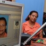 La periodista Anny Santos, al momento de tomarse la foto para su nueva cédula de identidad y electoral en el CDP. (Fotos: Genris García)