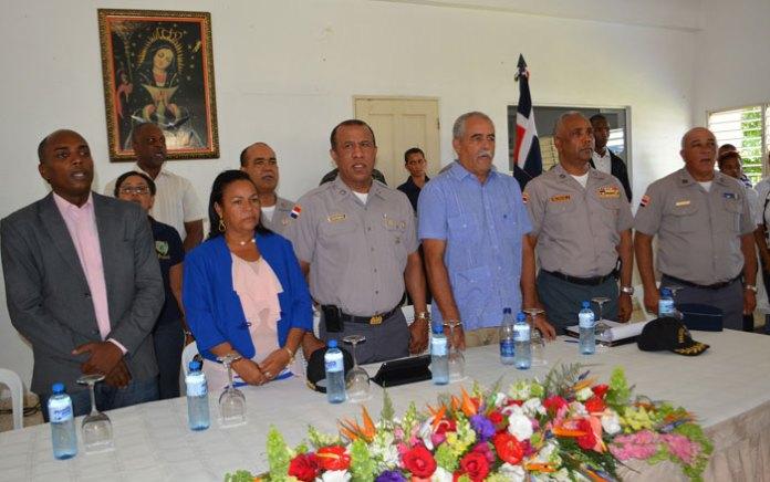 El jefe de la Policía, mayor general Manuel Castro Castillo, junto a Virgilio Almánzar, presidente del Comité Dominicano de los Derechos Humanos y otras personalidades en Pantoja.