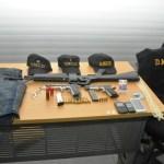 Armas, chalecos, gorras con las insignias de la DNCD que supuestamente tenían los dos alegados sicarios que mató la Policía.