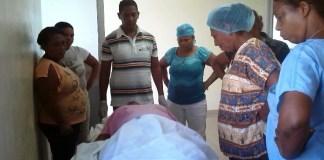 Compañeros de la doctora Fanny Charityn Ramírez observan su cadáver.