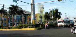 En este punto de la avenida San Vicente de Paúl se inició la discusión que terminó con las heridas al chofer de la guagua.