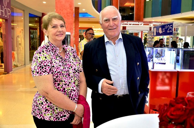 Angela Baron Alonzo y Tomas Nieto en la apertura de la tienda.