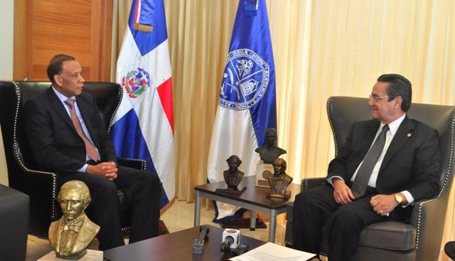 El rector de la Universidad Autónoma de Santo Domingo, Iván Grullón Fernández, se reunió en su despacho con el embajador dominicano en Cuba, José Manuel Castillo Betances