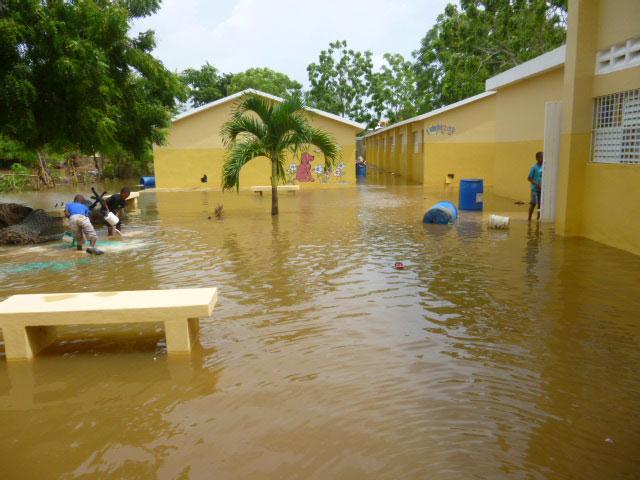 Vecinos de la Escuela Básica Los Guandules rompieron las paredes de la escuela y provocaron que esta se inundara.
