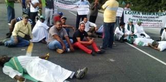 Sacerdores y defensores de Loma Miranda bloquean la autopista Duarte