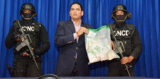 Miguel Medina, vocero de la DNCD muestra los euros incautados a una joven mujer en el aeropuerto de Punta Cana.