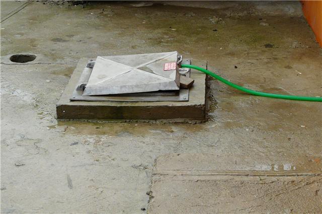 Las autoridades investigan como los niños fueron a tener a la cisterna ubicada en el patio de la casa