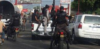 Fuerzas poiciales ocuparon este jueves Salcedo luego de que 2 oficiles resultaran heridos en protestas por Loma Miranda (Foto Rafael Santos)