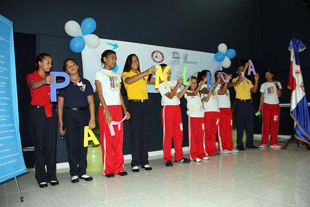 Estudiantes del Colegio los Clavelines mientras recitan una poesía sobre la paz.