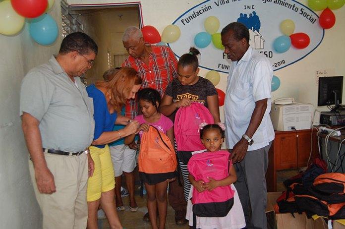 Directivos de la Fundación Villa María-Mejoramiento Social (FUNVIMAMESO), entregan mochilas, mascotas, lápices y raciones de jugo y leche a estudiantes de esos sectores.