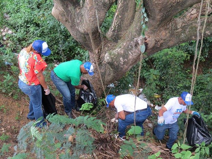 Los internos del Centro de Corrección y Rehabilitación Rafey-Hombre, que cursan carrera en la Universidad Abierta para Adultos (UAPA), se sumaron al Día Mundial de limpieza de Playas.
