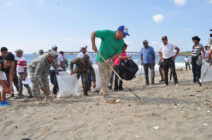 El ministro de Medio Ambiente, Bauta Rojas encabezó la jornada nacional de limpieza de costa en Playa de Gringo.