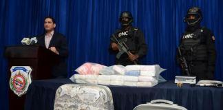 El vocero de la DNCD, Miguel Medina, presenta el decomiso de la droga