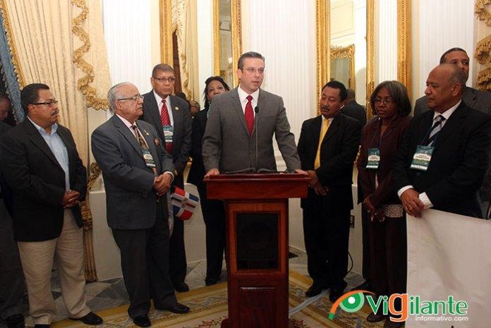 El gobernador de Puerto Rico, Alejandro García Padilla da la bienvenida a los miembros del CDP y el IPPP en la casa de Gobierno. (Fotos: Genris García)
