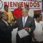 Olivo de León, presidente del CDP distingue a Luis Lithgow durante la cumbre