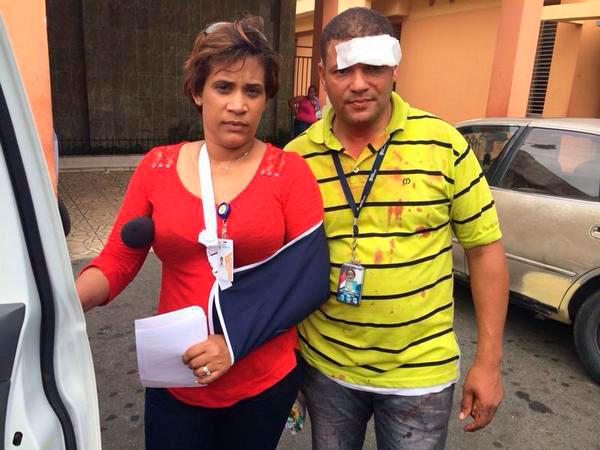 La reportera Yasiry Sánchez y el camarógrafo José Cruz, de Telenoticias. (Foto:Redes Sociales)