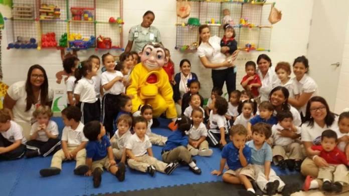 Estudiantes del Colegio Saint Joseph junto a la mascota de AMET