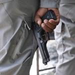 Agentes de la Policía con pistola en manos