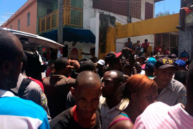 Luego de la muerte del joven haitiano, sus compatriotas protestaron y se generó un enfrentamiento que dejó una periodista y dos camarógrafos heridos