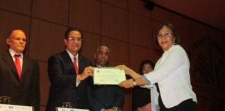 Ivan Grullón entrega uno de los certificados