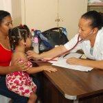 Una niña es atendida en el operativo médico
