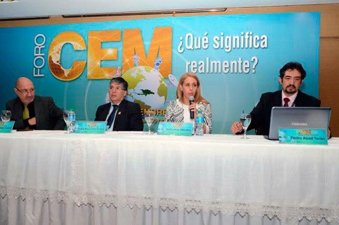 La directora de Radio Acceso de Red de Orange Dominicana, Katherine Méndez, mientras expone en el Foro sobre CEM-¿Realmente qué significa? que celebraron el Indotel, UIT y FEDOMU en esta capital.