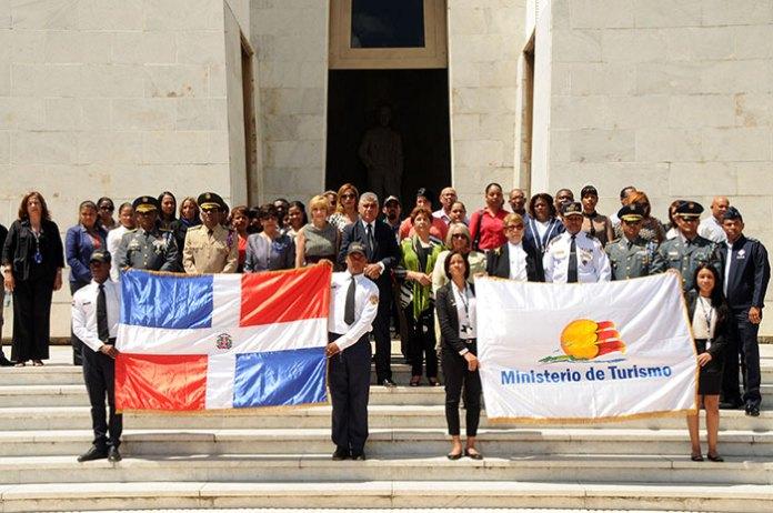 Personal del Ministerio de Turismo durante una ofrenda floral en el Altar de la Patria en el Día Mundial del Turismo