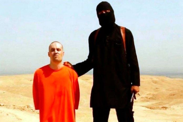 La milicia terrorista Estado Islámico (EI) también publicó a través de Facebook y Twitter sus videos de decapitaciones