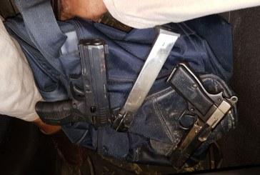 Policía dice jóvenes abatidos tenían armas oficiales asesinados