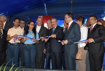 Danilo entrega dos centros educativos al Loyola en San Cristóbal