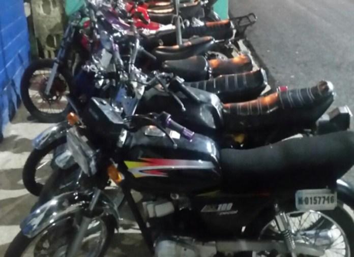 retiene 12 motocicletas competían