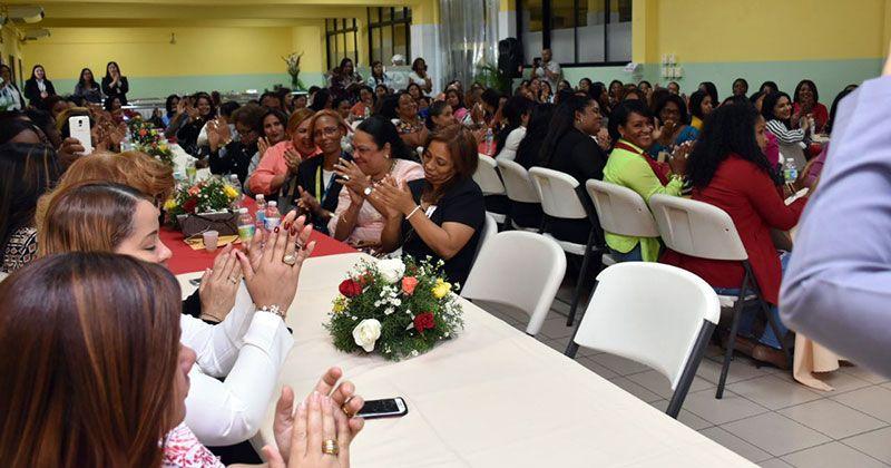 Comedores Económicos agasaja secretarias con reajuste salarial