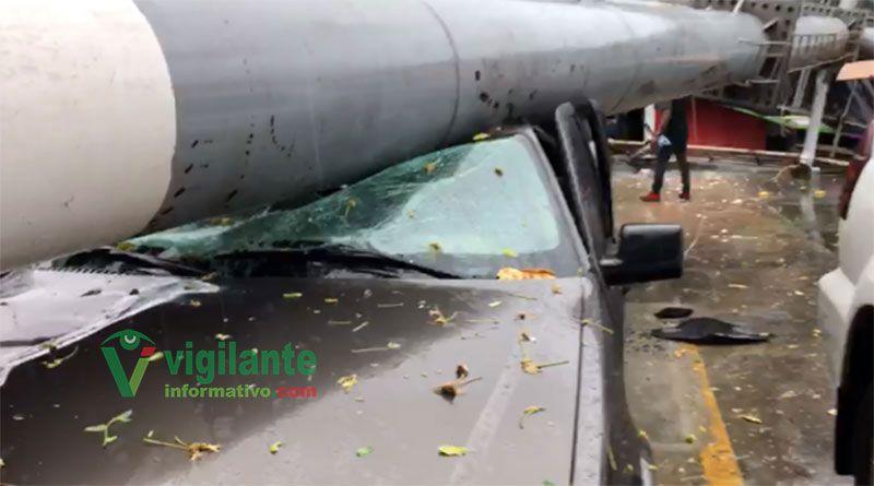 Valla publicitaria cae sobre dos vehículos frente a la O&M
