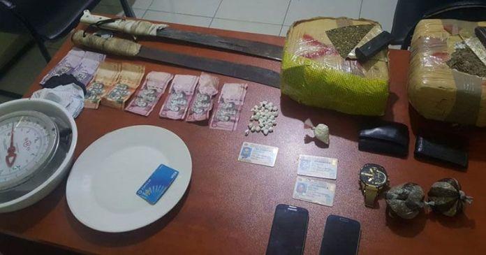 drogas, pistola y gorra del Dicrim