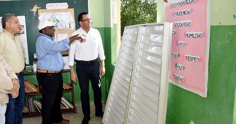 Navarro supervisa reparación escuelas afectadas por explosión Polyplas