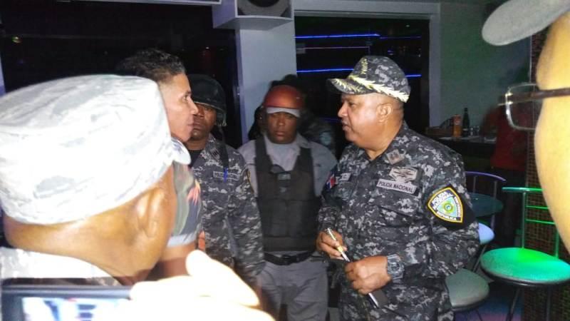 Incautan 12 pistolas en inspección centro de bebidas SDE