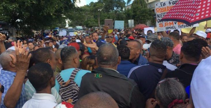 Descendientes Rosario protestaron por herencia frente a Palacio