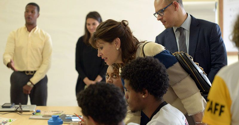 Embajadora de Estados Unidos visita Centro Cultural Mauricio Báez