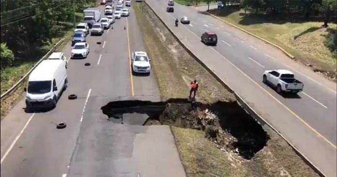 socavón en la autopista Duarte
