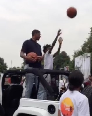 Jalen Rose shooting with kids