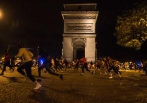 [Vidéo] Pendant les violences à Paris, des policiers évacuaient des bars pour faire respecter les gestes barrières
