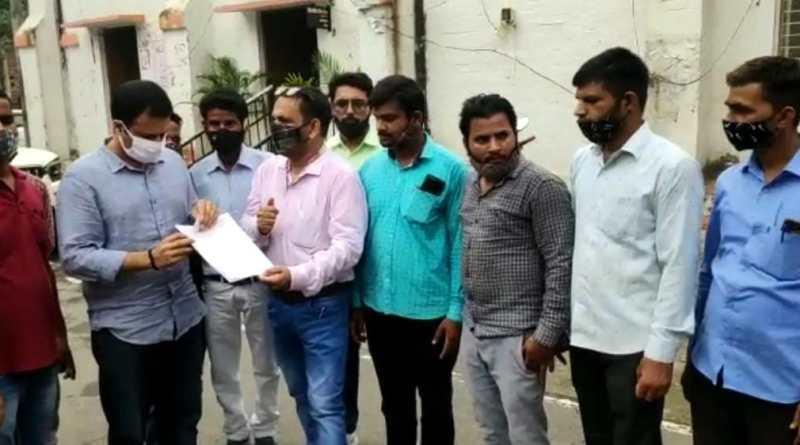 पत्रकार उत्पीड़न और बदले की कार्रवाई से भड़के पत्रकार राज्यपाल को संबोधित ज्ञापन एसडीएम को सौंपा ।
