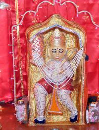 2. बालाजी हनुमान मंदिर, मेहंदीपुर (राजस्थान) : राजस्थान के दौसा जिले के पास दो पहाडिय़ों के बीच बसा हुआ मेहंदीपुर नामक स्थान है। यहां पर एक बहुत विशाल चट्टान में हनुमान जी की आकृति स्वयं ही उभर आई थी। इसे ही श्री हनुमान जी का स्वरुप माना जाता है। इनके चरणों में छोटी सी कुण्डी है, जिसका जल कभी समाप्त नहीं होता। यह मंदिर तथा यहाँ के हनुमान जी का विग्रह काफी शक्तिशाली एवं चमत्कारिक माना जाता है तथा इसी वजह से यह स्थान न केवल राजस्थान में बल्कि पूरे देश में विख्यात है। आगे बनारस में दर्शन करते हैं संकटमोचन जी के ....