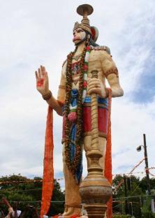 6. चैट्सवर्थ (साउथ अफ्रीका): डरबन के चैट्यवर्थ नाम के इलाके में भी भगवान हनुमान की एक विशाल और सुंदर मूर्ति है। यह मूर्ति लगभग 15 फीट ऊंची है। यह चैट्सवर्थ के भगवान विष्णु के मंदिर परिसर में स्थित है। इस मूर्ति का निर्माण दिसंबर 2010 में करवाया गया था। दक्षिण अफ्रीका में भारतियों के निवास के 150 साल का जश्न मनाने के लिए इस मूर्ति का निर्माण किया गया था। भगवान हनुमान की यह मूर्ति दक्षिण अफ्रीका में रह रहे कई भारतियों के लिए आस्था का केन्द्र बनी हुई है।