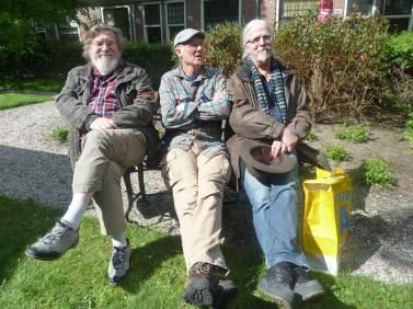 Drie kunstenaars op een bankje