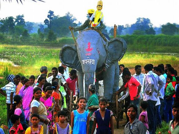 In Paraswadi, Gond festivities begin with a procession of Ravan on an elephant float.
