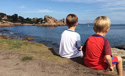 vika raskina - two boys looking at the sea
